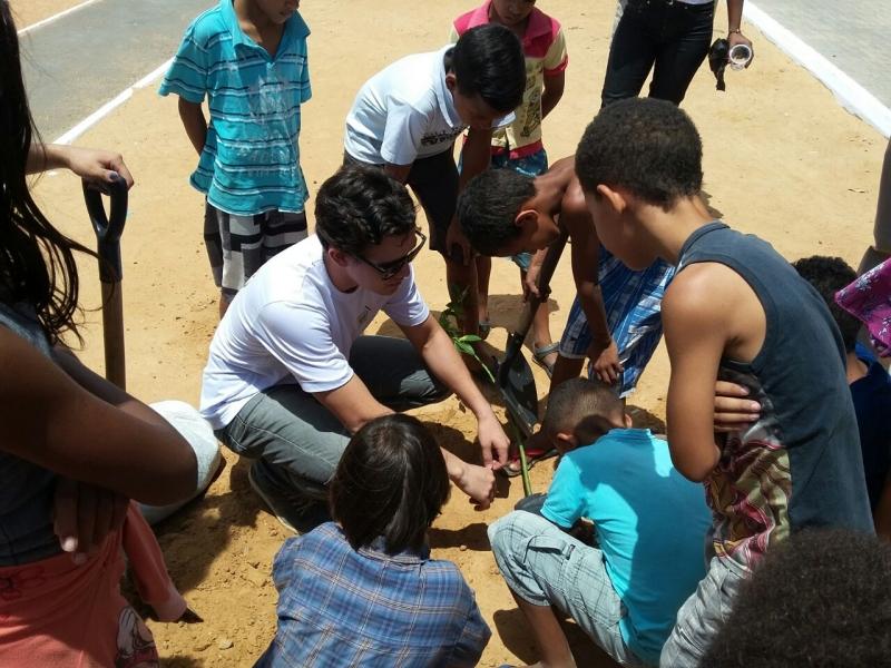 Arborização do PEV mobiliza jovens e crianças. Petrolina, PE (19 e 28/10).