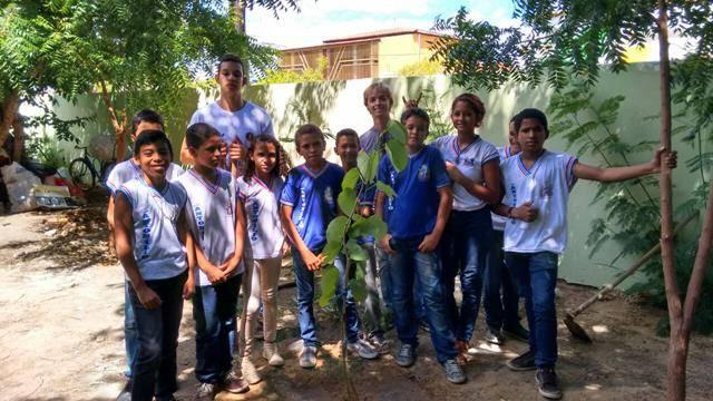 Atividades de arborização. Escola Antonilia de França Cardoso. Juazeiro-BA. 31-03-2016
