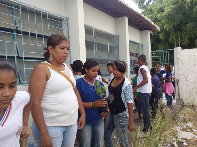 Atividades de arborização. Escola Nossa Senhora Rainha das Grotas. Juazeiro-BA. 01-04-2016 (4)