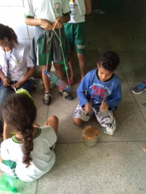 Atividades de Arte Ambiental. Oficina de Reciclagem. Escola São Domingos Sávio. Petrolina-PE. 31-08-2016