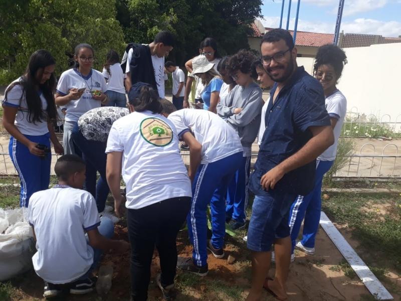 Atividade arborização. Escola Osa Santana de Carvalho. Petrolina-PE. 15/03/2019.