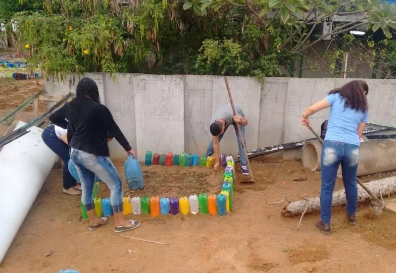 Atividades de Horta Escolar Agroecológica. Colégio Democrático Tancredo Neves (CODETAN). Senhor do Bonfim-BA. 25/05/2017.