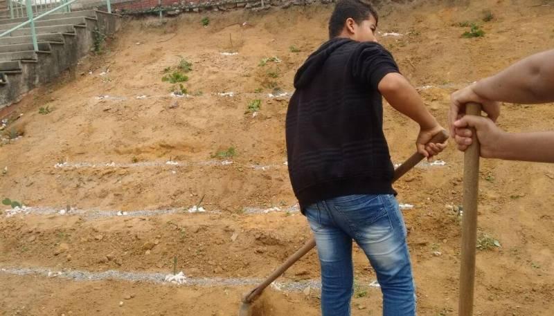 Atividades de Horta Escolar Agroecológica. Colégio Democrático Tancredo Neves (CODETAN). Senhor do Bonfim-BA. 18/05/2017.