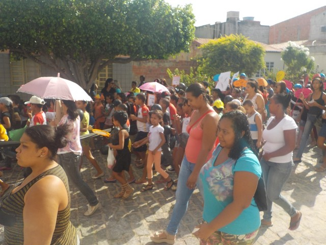 Escolas mobilizadas pelo PEV realizam passeata contra o mosquito Aedes Aegypti pelas ruas de Juazeiro-BA