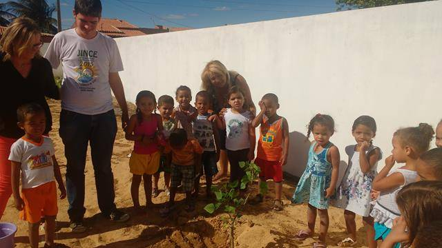 Atividades de Arborização. Escola Municipal de Educação Infantil Arlinda Alves Varjão. Juazeiro-BA. 29-07-2016