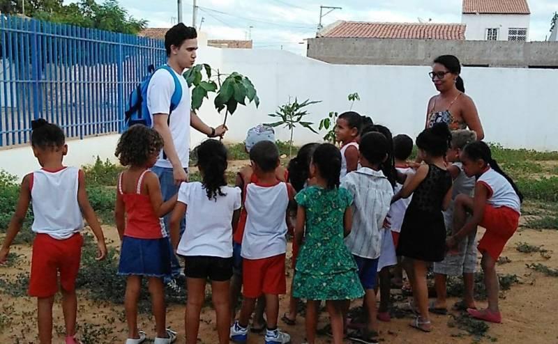 Atividades de Arborização. Escola Maria Hozana Nunes. Juazeiro-BA. 19/04/2017.