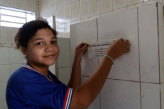 Estudantes fixam mensagens socioambientais na escola