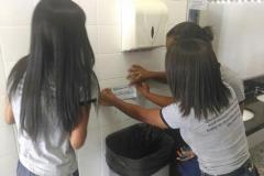 Estudantes mobilizados para adesivagem de escola